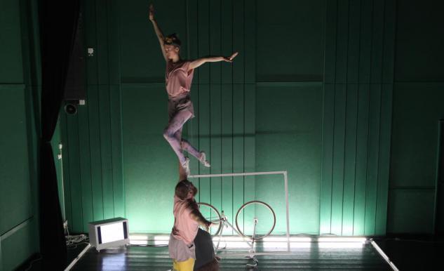 Två akrobater som gör en samarbetsövning.