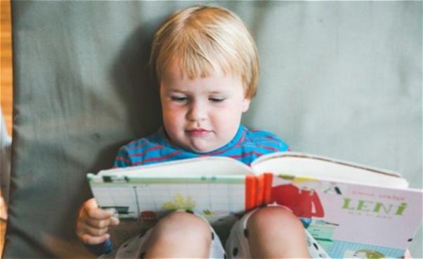 Barn som läser en bilderbok