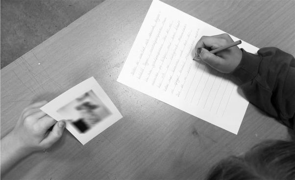 Text och bild på bord. Foto