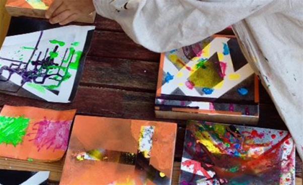 Abstrakt måleri på bord. Foto