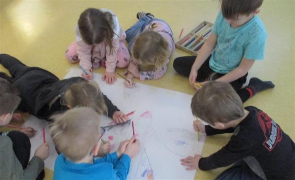 Barn som ritar. Foto