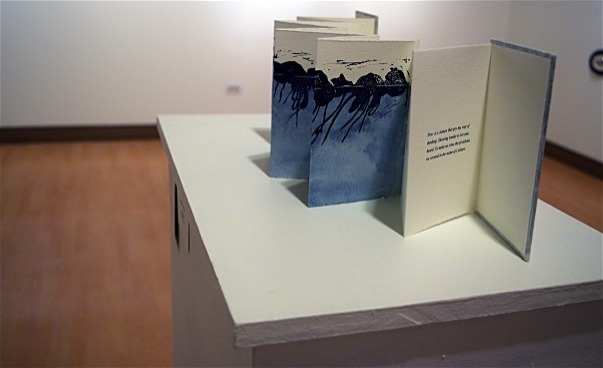 Utvecklade bokomslag stående på vitt bord. (bild)