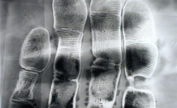 Svartvit lumenprint av hand