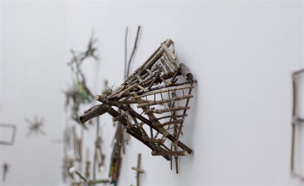 Modell av träkoja pålägg. Foto