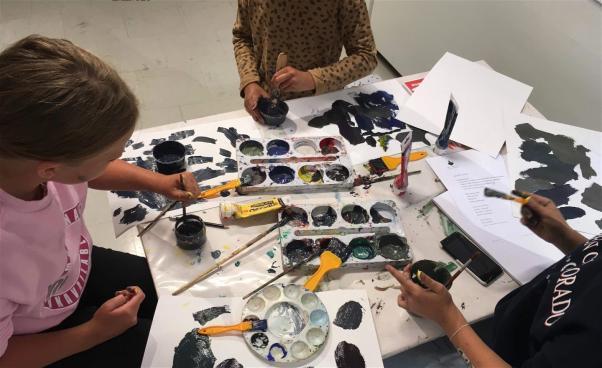 Barn jobbar med färger