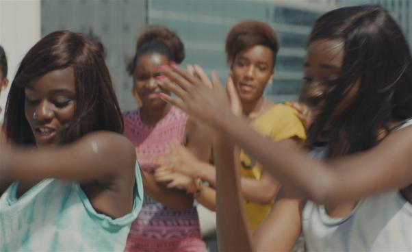 En stillbild ur filmen Girlhood med dansande unga tjejer