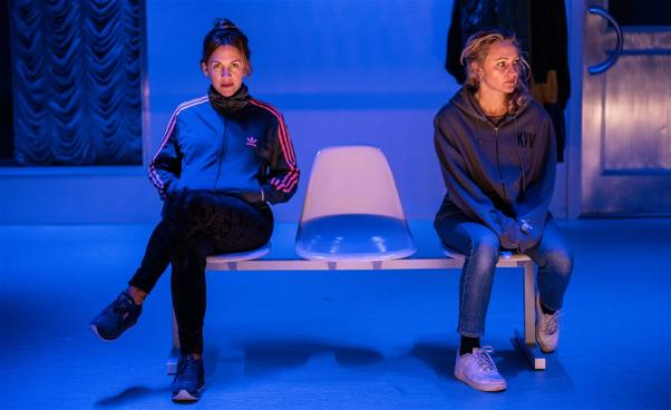 två skådespelare pratar