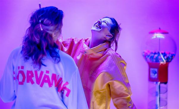 Två personer i rosa ljus
