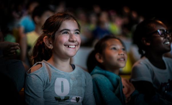 Glada barn som ser på film på Skärisbiografen