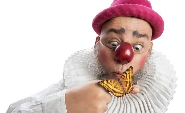 Nalle Clown håller i fjäril