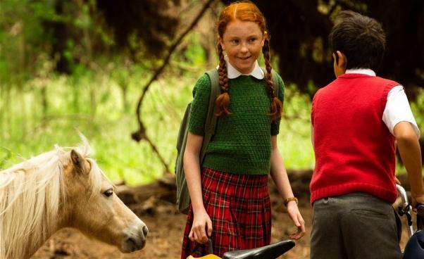 En ponny, en flicka och en pojke med cykel