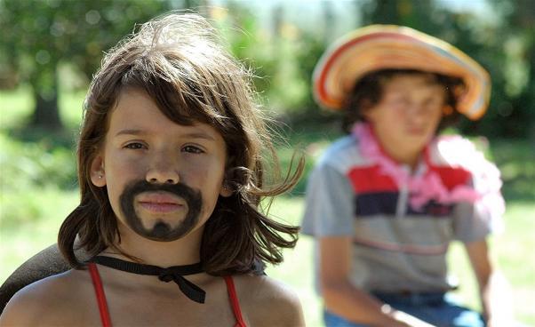 Flicka med påmålat skägg