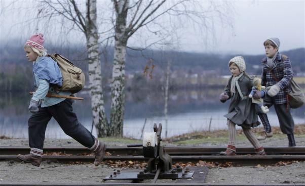 Flyende barn vid järnvägsräls