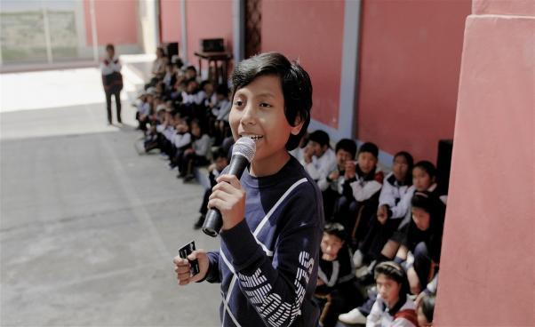 Pojke pratar i mikrofon