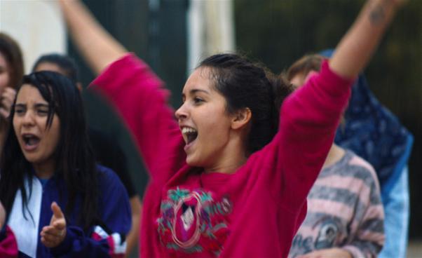 Ung kvinna gör segergest