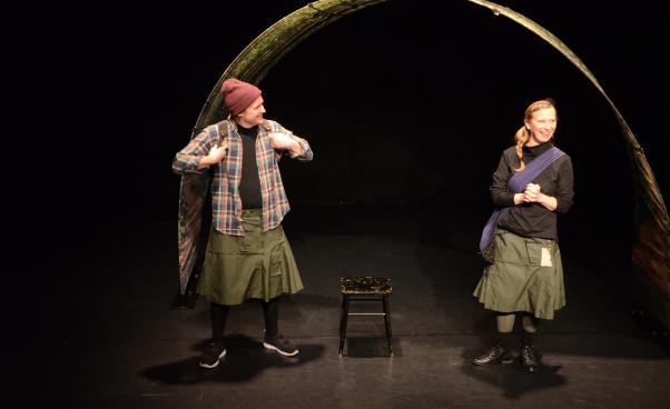 bilden föreställer Charlie Challis och Pernilla Göst i föreställningen Hemliga hörn.